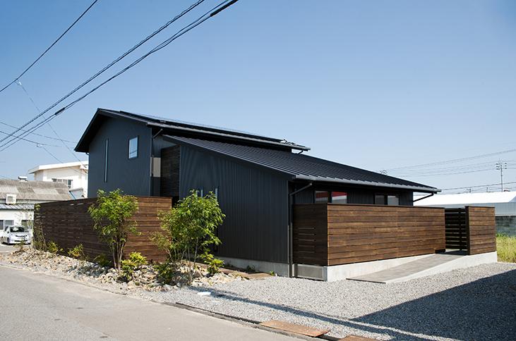 銀黒の大屋根の家