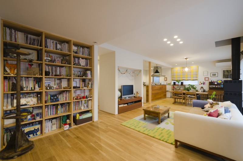 薪ストーブと書棚のある家
