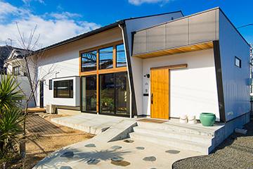 線路沿いに建つ、カリフォルニアのお家